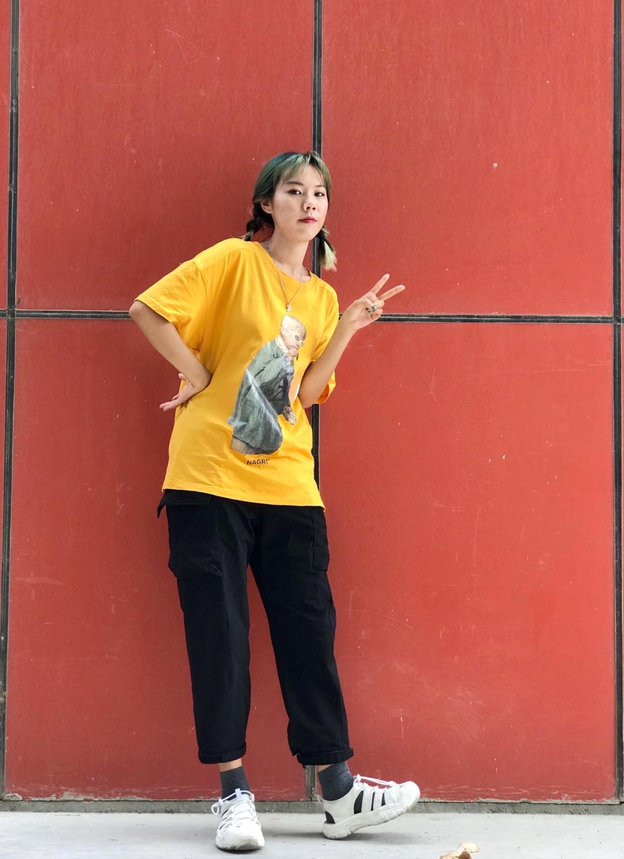 #夏日收官look大比拼# 夏日收官穿搭 活力黄色T恤图案可以颜色也凸显活力 搭配工装长裤上繁下简 增高凉鞋凸显腿长 最后的夏天这样穿!真的好看又舒适