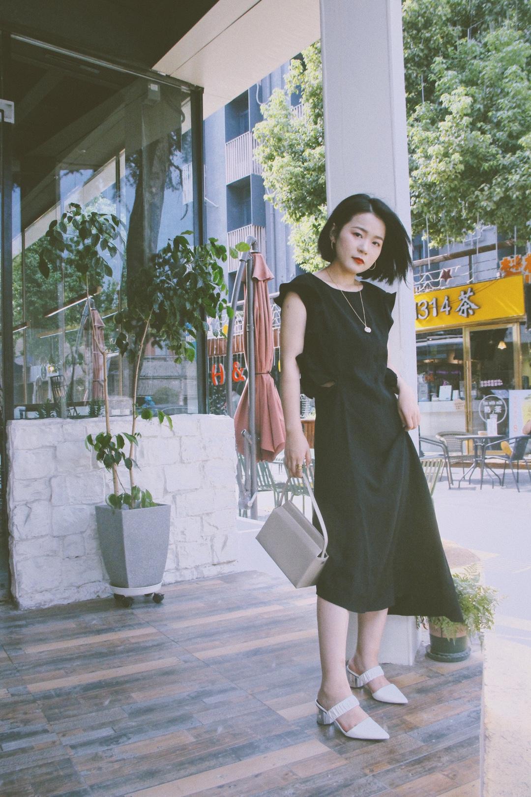 抓住还能单穿连衣裙的机会不撒手![阴险]心机小黑裙走起~   #入秋最靓!韩系小姐姐风#