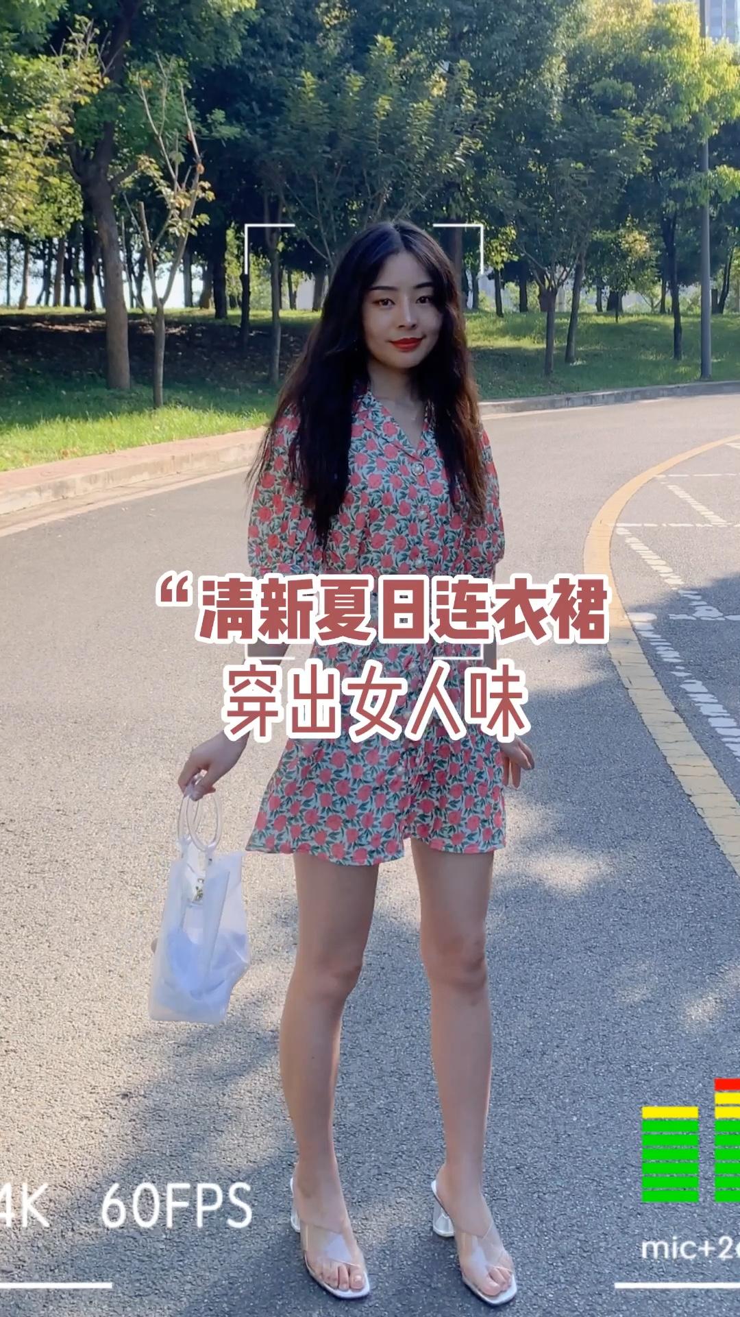 #夏日收官look大比拼# 马上夏天就要结束啦,好看的裙装也要抓紧时间穿哦! 这件连衣裙是超甜的感觉哦,有玫瑰的印花,发配果冻凉鞋,很有女人味哦!
