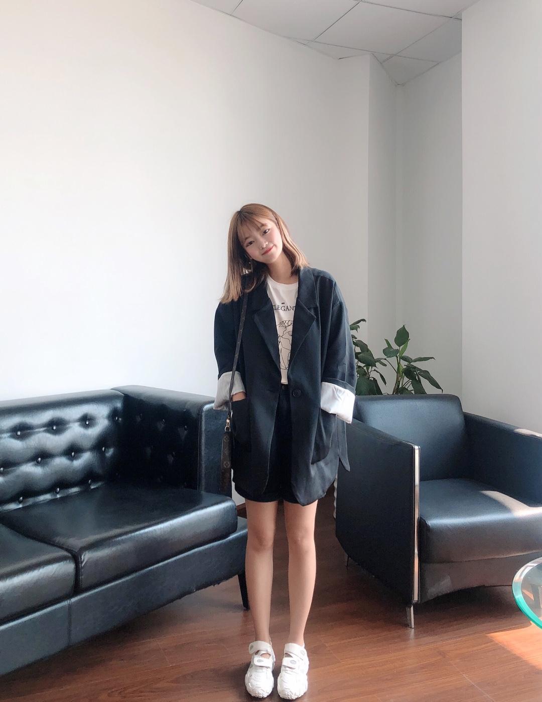 #入秋最靓!韩系小姐姐风#  有点小成熟的一套哦 学生妹必备的休闲职场穿搭! 搭配运动鞋蛮韩范的哦~ 小个子必备的一套 敲显腿长 !