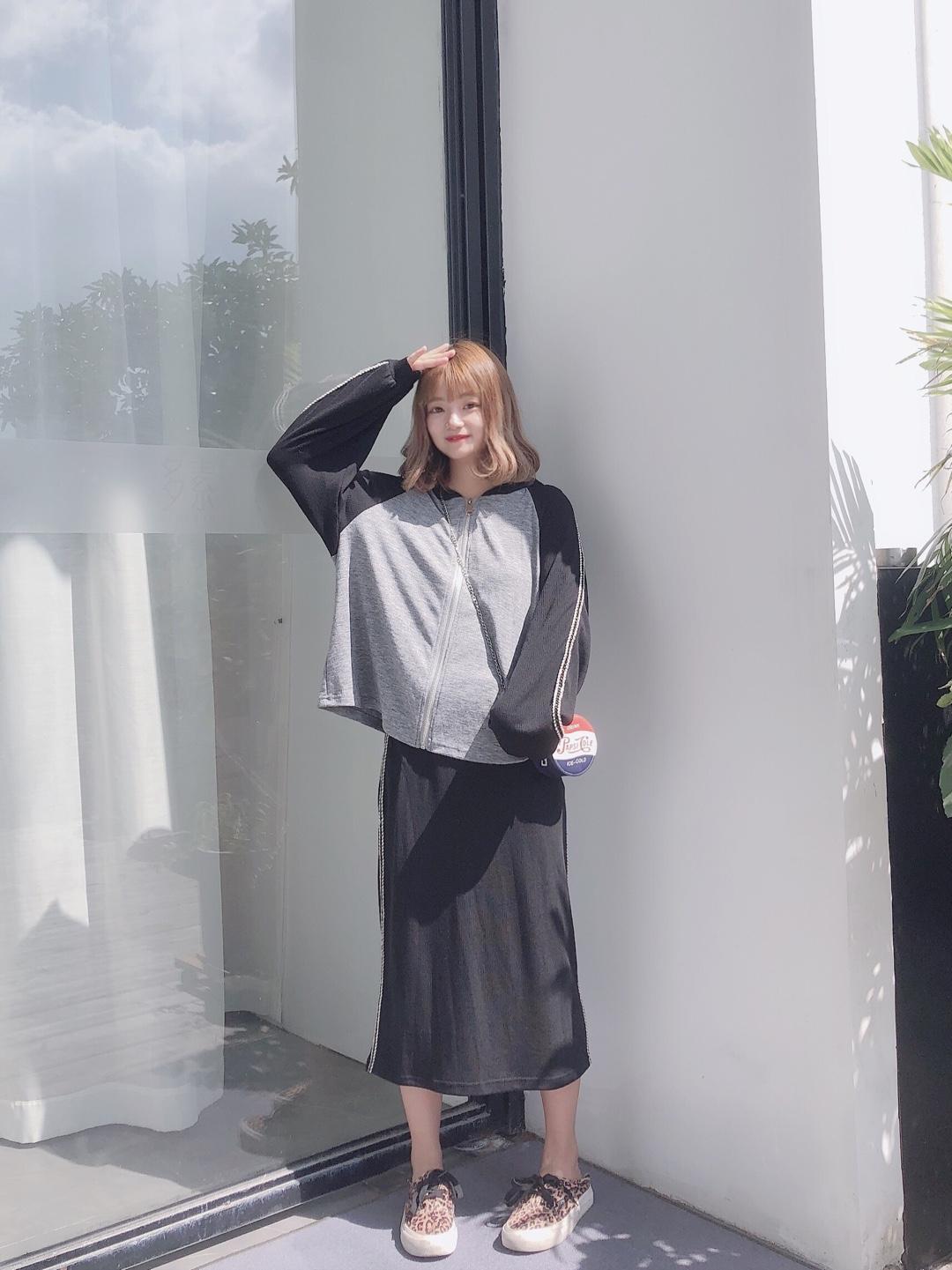 #入秋最靓!韩系小姐姐风#  敲温柔的一套 适合入秋的一个套装~ 很适合小个子穿哦 美美哒 嘻嘻~ 黑灰配色真的是很舒服啦~