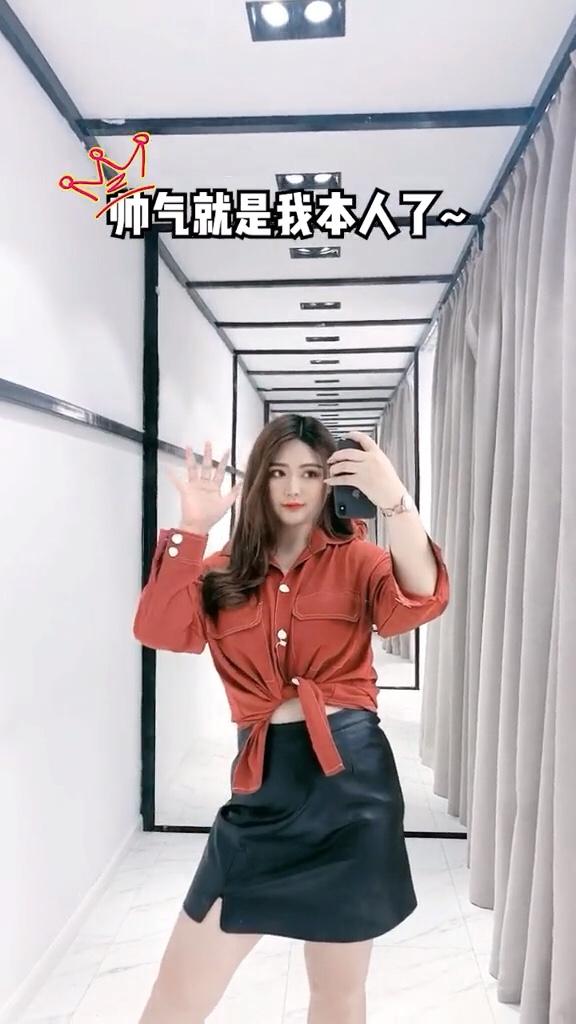 #入秋最靓!韩系小姐姐风#   哈哈哈哈哈这个又可以说是初秋穿搭啦!黑色风衣,穿上真的纸片人即视感!面料也挺厚的,挡风!拼接的绿色格子是非常好的点缀!里面的紫色卫衣是廓形的,也巨显瘦!颜色超好看!
