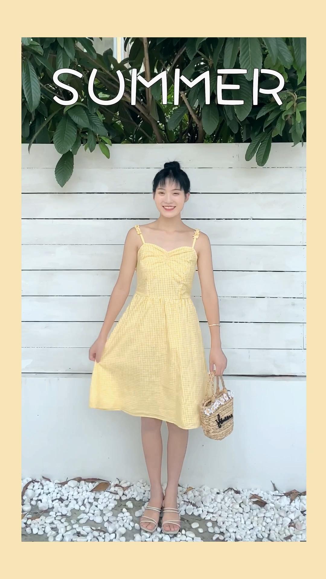 这款连衣裙黄色非常复古 也不会显黑 很衬肤色喔 后面设计干净气质 微漏肉 性感诱惑 胸前褶皱效果 增加了少女感 短裙设计展现大长腿 日常穿着 度假绝对是一道亮丽的风景线  #开学各专业女生穿搭大赛#