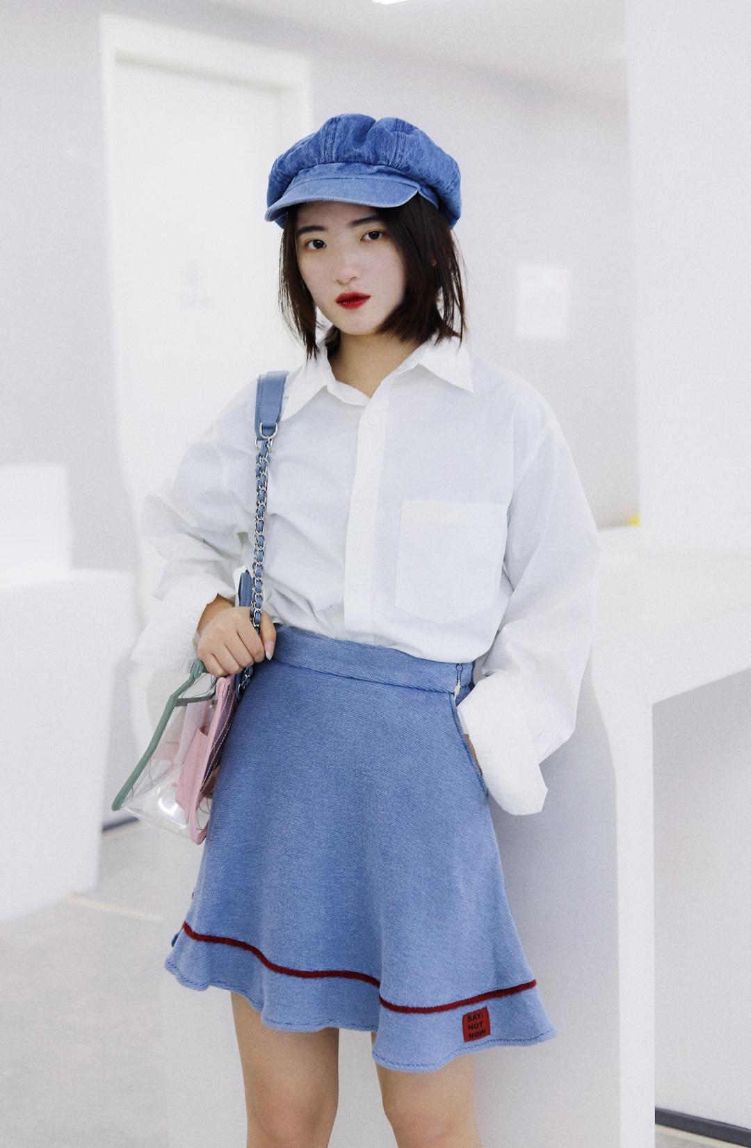 上身是一件长袖白色衬衫 下身是一条牛仔半身裙 搭配一双蓝色低帮鞋子 戴上一顶蓝色的贝雷帽 背上一个包包 这样一身很适合上班啦 #小欢喜,童文洁式白领穿搭#