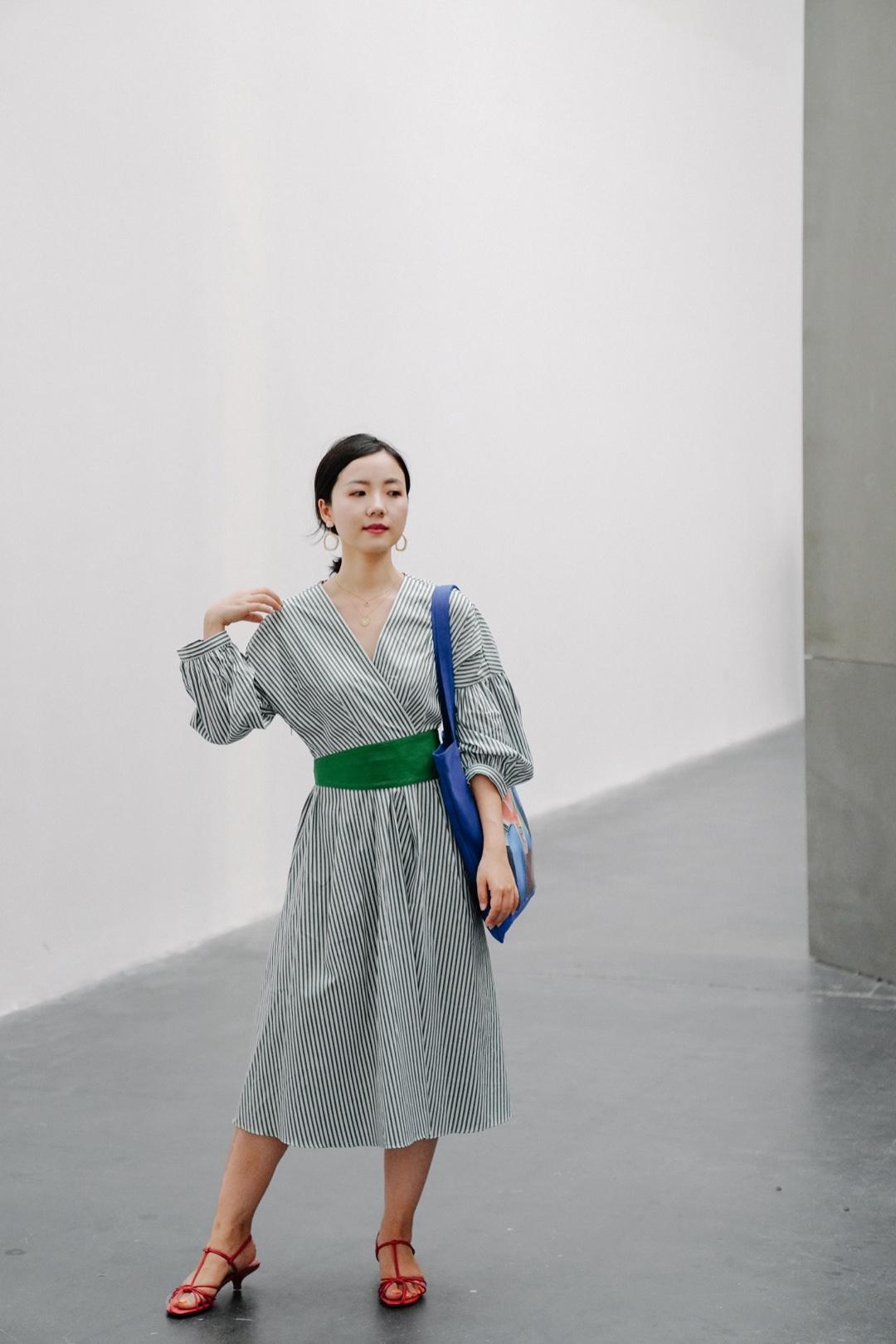 看展文艺穿搭| 毕加索:一位天才的诞生 终于去看了毕加索展。美术馆因为自带文艺气息,穿上也宜简单,不要喧宾夺主。但是又需要捎带一点设计感,呼应美术馆的艺术感。  连衣裙:icy 鞋子:zara 帆布袋:尤伦斯艺术商店 #适合小个子的入秋套装#