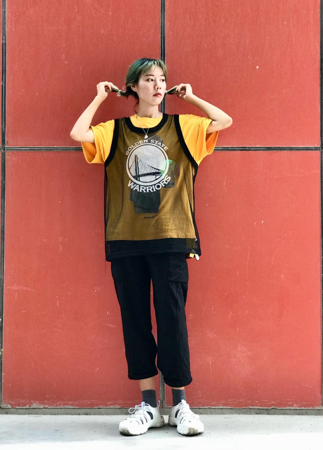 #2019早秋流行第一弹# 工装裤遮盖腿型第一裤 早秋真的不热!所以我在外面套了一个背心 黄色彰显活力能突出一点 搭配增高一点的鞋子 扎起双马尾 最后的夏天这样穿