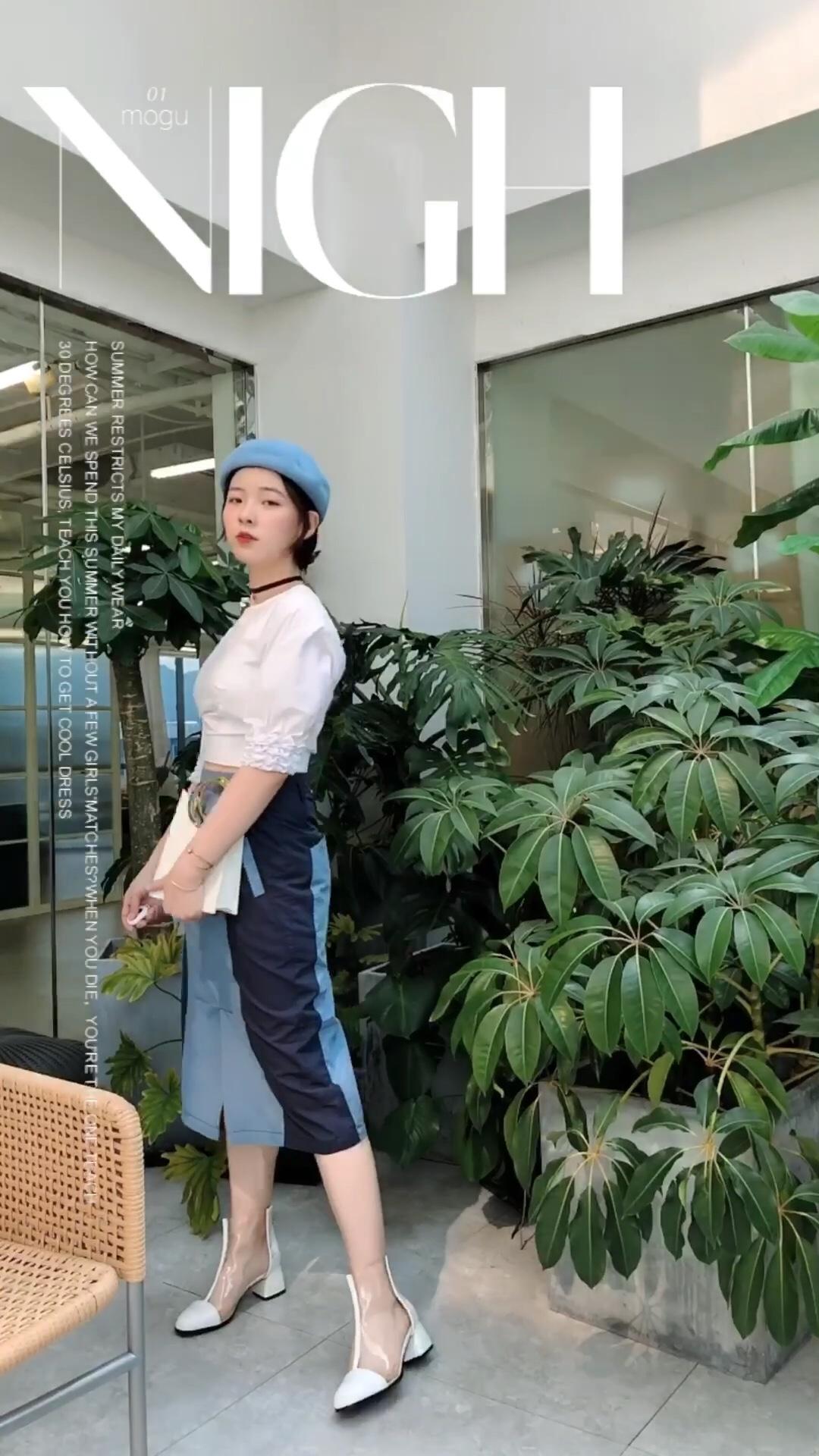 早秋穿搭第一课 白色搭配什么颜色都好看 搭配蓝色尤其清新 这条裙子的设计两边采用深色更显瘦哦~ #通勤套装get,上班5分钟!#