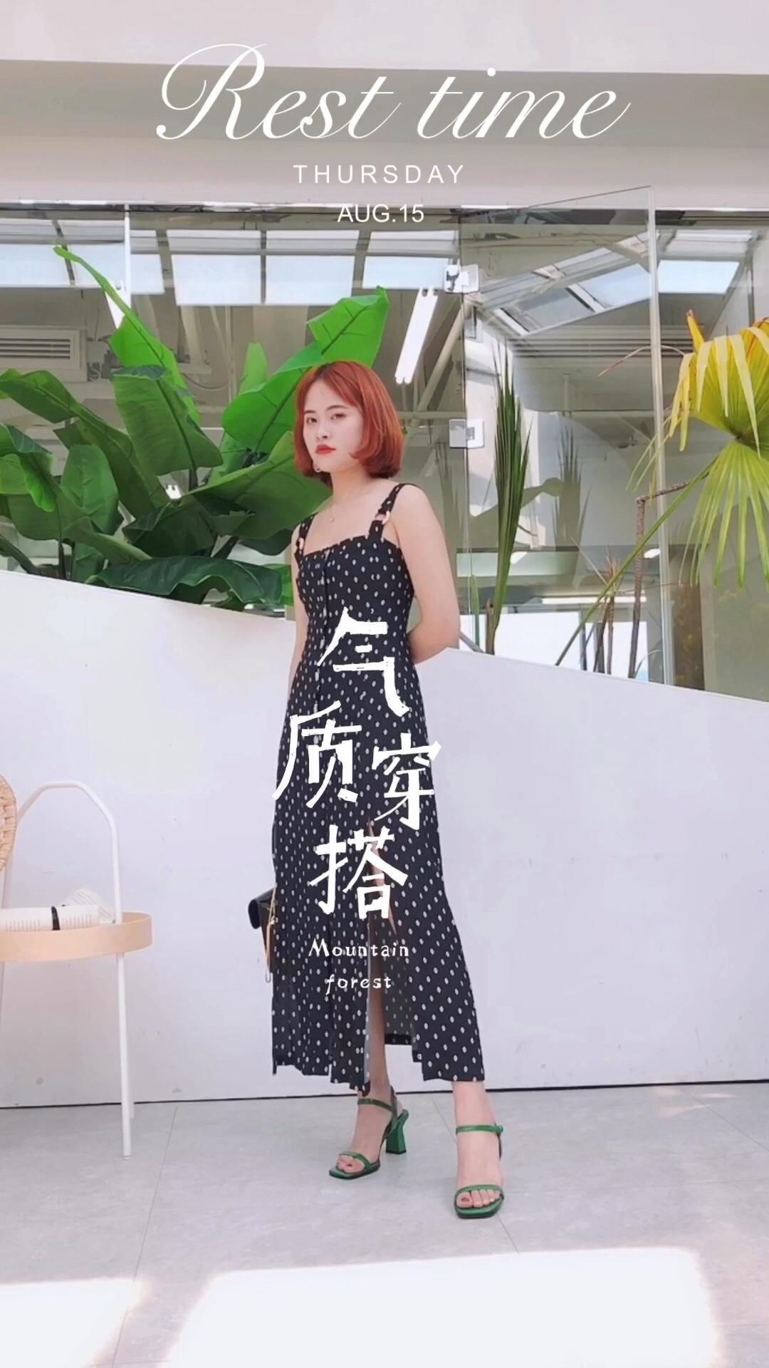 #蘑菇街新品测评# 在阳光明媚的夏日,一条印花的裙子一定能给你带来美丽的心情,印花还能轻易带来复古的气息,这一季就来选择欧式的复古印花单品,来打造优美的夏日造型! 黑色的印花连衣裙有着优雅的气息,搭配包让造型富有夏日风~