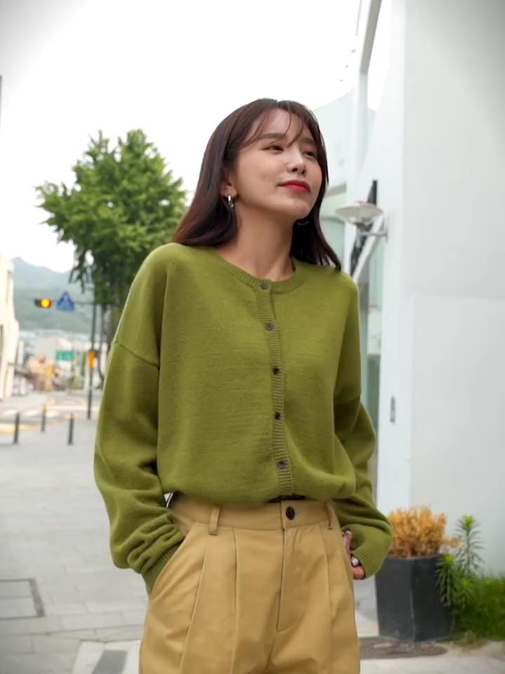 #入秋单品王,这件最上头#韩都衣舍2019秋装新款女装韩版宽松显瘦圆领毛衣针织开衫,宽松版型 时尚圆领好心情的毛针织衫它让我们看到主观的美丽别苛责,面料是很软单是很密实的款,宽松也是偏宽松的上身效果不会显胖的哦,款式也是很好搭配的都是好看的哦!