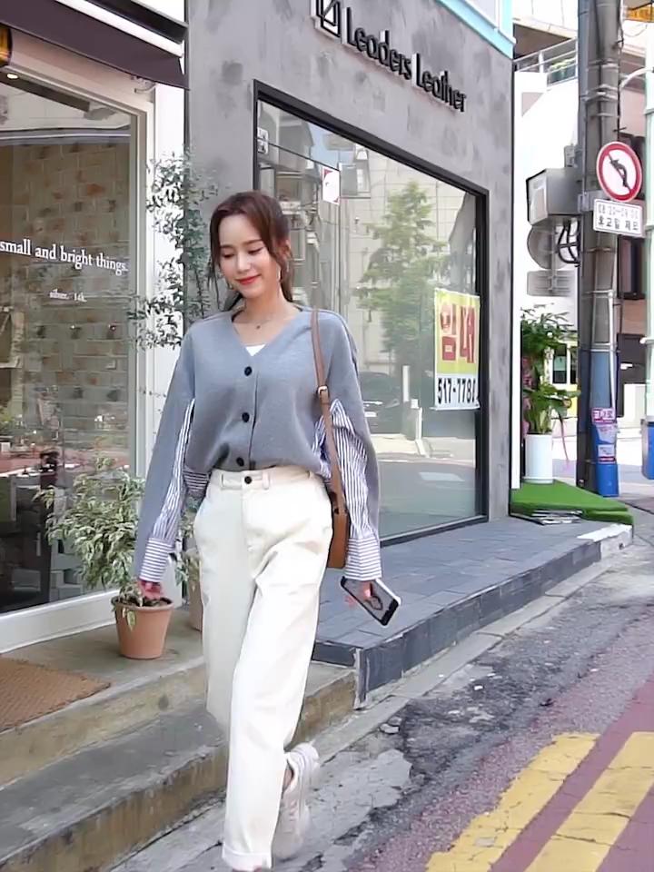 #秋装上新,穿搭打卡#的韩都衣舍2019秋装新款韩版宽松条纹拼接开衫上衣卫衣女,针织梭织拼接 舒适面料 前短后长超好搭配的一件卫衣哦,设计的也很时尚感,拼接款式,穿上特别洋气,比较时尚!面料也是很舒服的上街这一款的回头率会很高的哦!