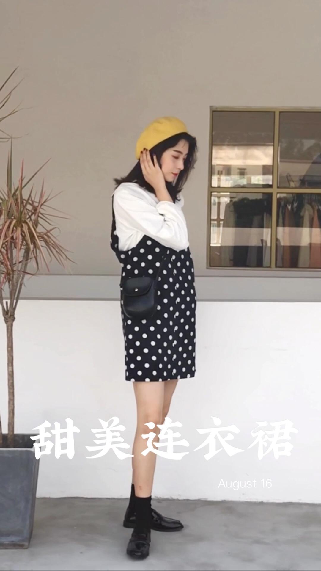 """秋冬对灯芯绒有一种执念 可能因为真的太好穿了, 小时候一直穿的灯芯绒近年又开始""""回春""""不无道理; 面料挺括有型不软塌, 很容易就营造出衣服造型感, 面料本身就是一种亮点; 直筒版型背带裙适合各种身材的女孩, 长度到膝盖上方很青春活泼 波点+灯芯绒复古感MAX, 简约就足够减龄好看了 #微胖梨形妹,帮你一遮到位!#"""