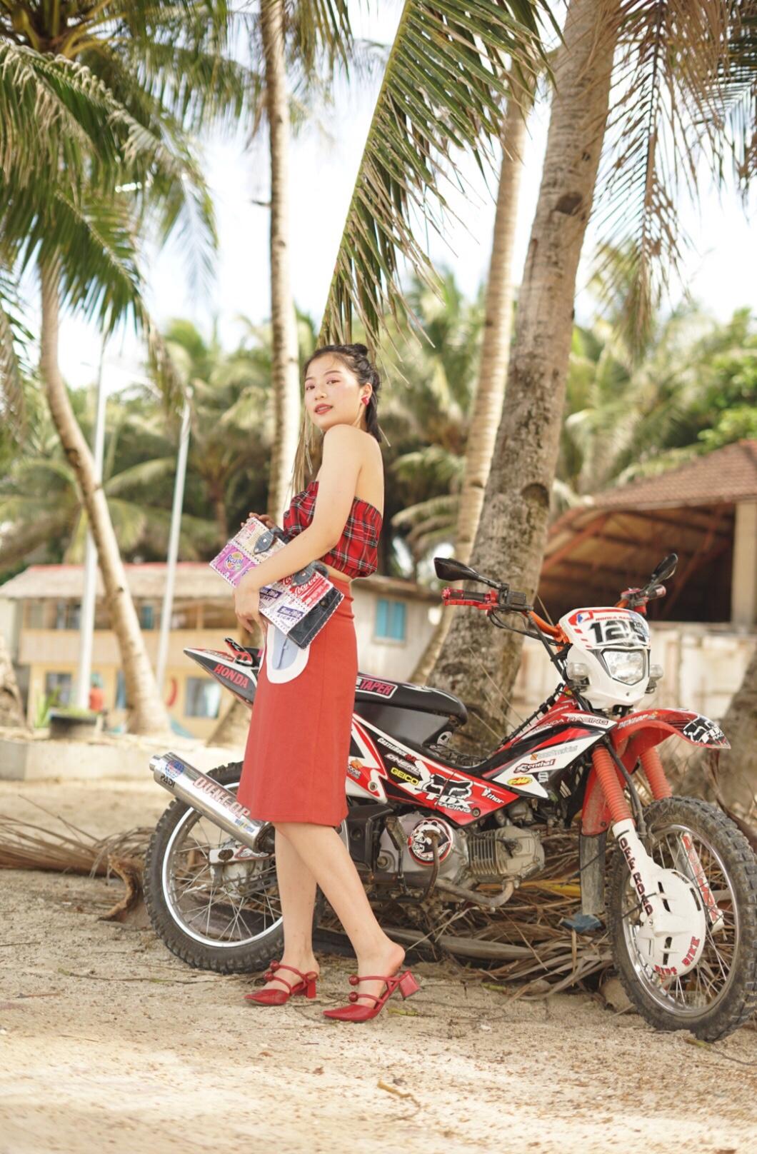 #夏末大戏:腿精的秘密# 短上衣最能拉高比例了 红色格纹裹胸吸睛时髦 搭配同色系半身裙 一套很赞哦
