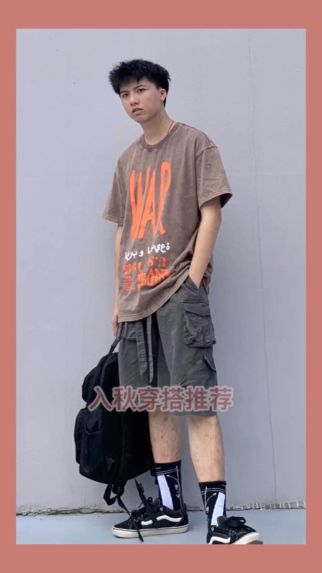 #通勤套装get,上班5分钟!# 上衣 选择了非常耐看的T增加细节 配饰 选择了一个书包🎒进行搭配 裤子 版型非常完美的飘带裤子,用料满分,和整体造型非常和谐,选它 鞋子 这双万斯成为全身穿搭结尾