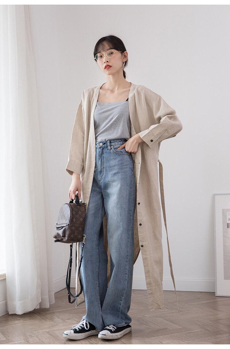 #秋装上新穿搭打卡# 汉服文化现在也被很多人喜爱 只不过传统汉服作为日常穿着来说稍显突兀, 而把这个文化回去以后的日本 在漫长的时装演变进程中,将它进行了改进 成为了能够在日常穿着中推广开来的 艺术圈里喜欢穿这种风格的人不在 以前这种风格可以叫森系可以叫布衣 现在有了一个更贴切的名字——佛系 宽松、自然、回归感给人一种潇洒快乐的感觉, 佛系说白了就是心胸阔达, 以远远低于普通人几倍的炸点平和的生活。 现实生活人谁都不敢说自己心态好到永远不崩 因此像我这种人 就很需要通过佛系打扮来追寻一点内心的平静。 或者说这种风格能够感染我 让我保持在一个很舒适的氛围内 19F还有一个让我觉得潜力很大的地方 就是他以后的麻织品百分百是会提高售价的 因为现在采用的麻料是日本国内顶/级供应商 参加日本染织展的大手企 搁别的品牌起码要的1万五六起售的 这件采用百分百亚麻原料 剪裁上采用前大V领线,适度宽松,