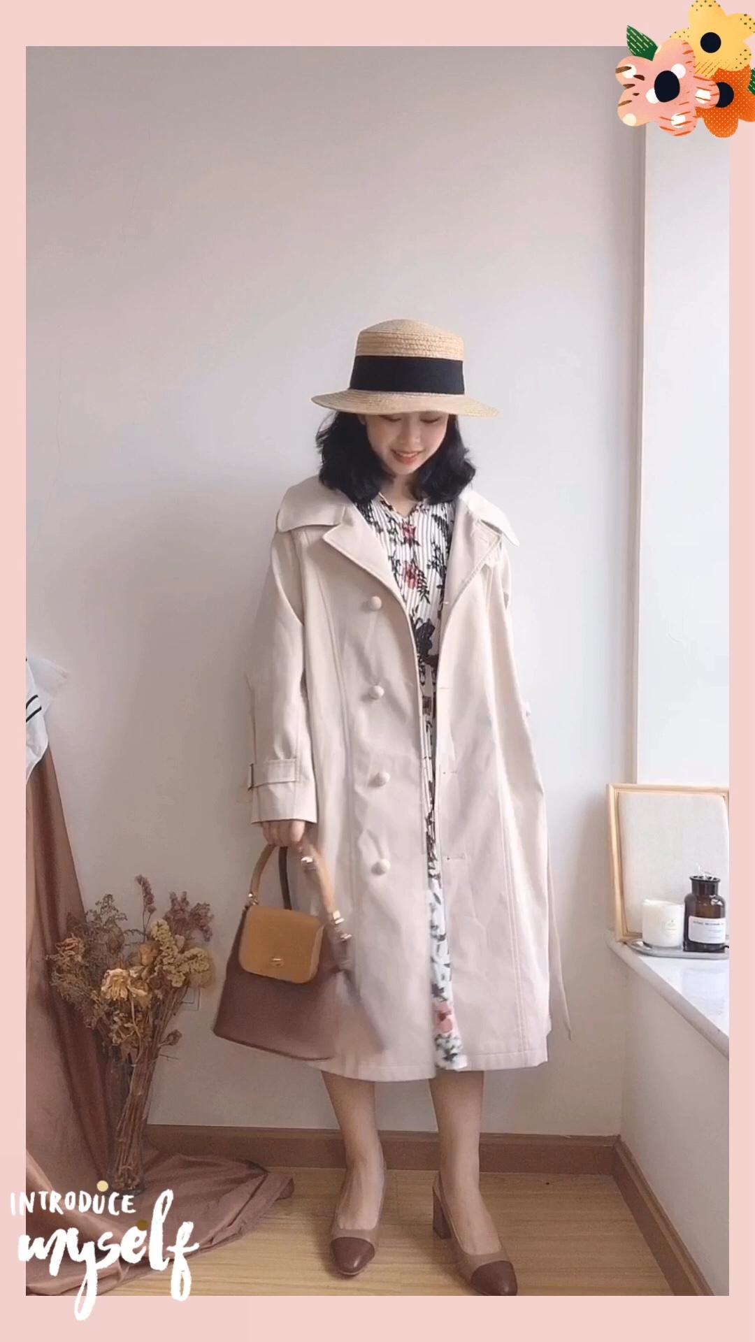 #米色,给你大写的温柔~#  150小个子穿搭 超温柔的米白色风衣搭配! 自带温柔属性的米白色~ 内搭一条碎花连衣裙,花色也是很好看很温柔哦!跟风衣绝配!! 搭配棕色系的鞋子和包包 再搭配一个草编帽!