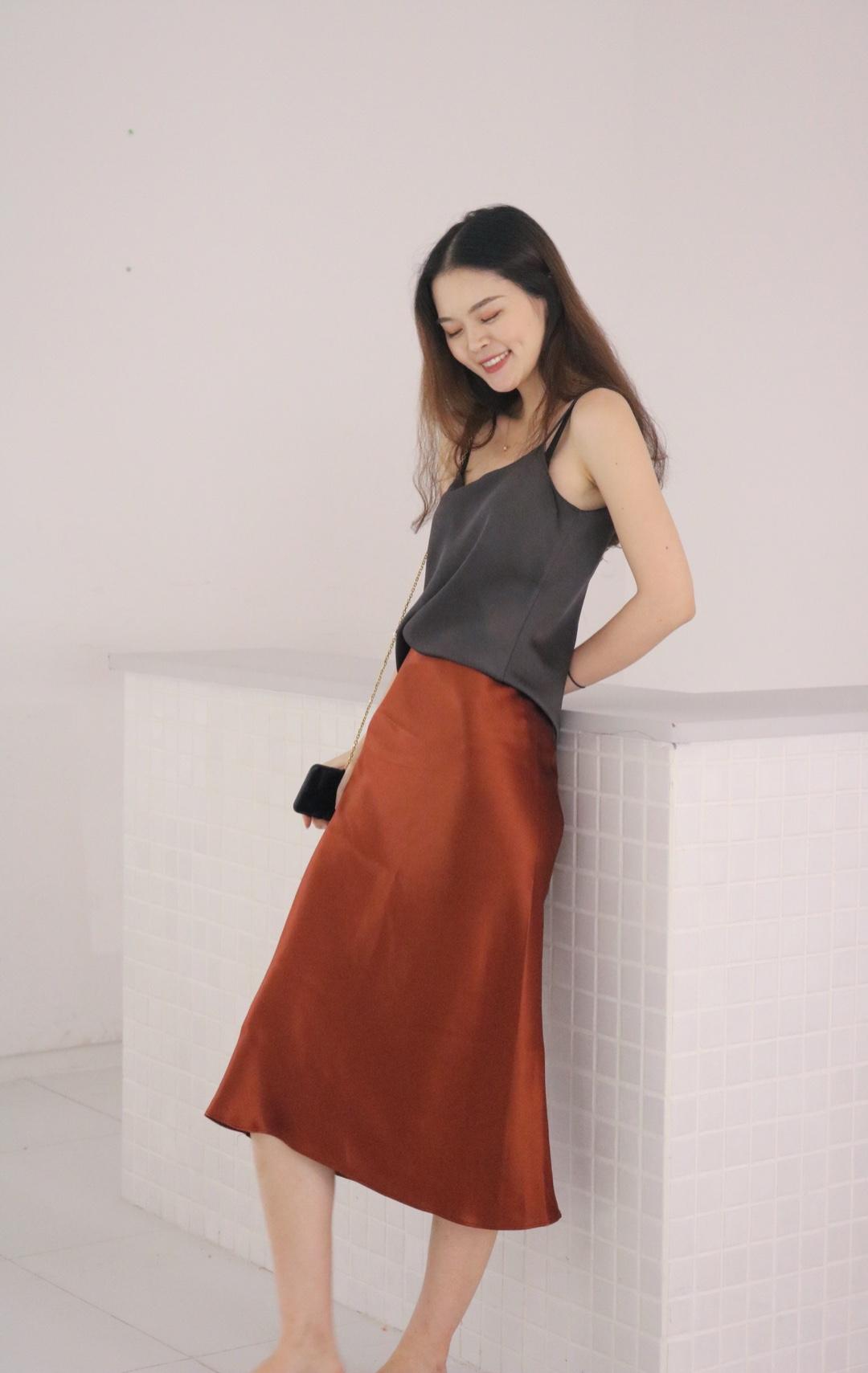 喜欢的极简风格,焦糖色非常美,照片没有实物好看~裙子颜色好想让人过秋天,上衣是the row的款式,这种风格真的太经典太爱了#入秋单品王,这件最上头#