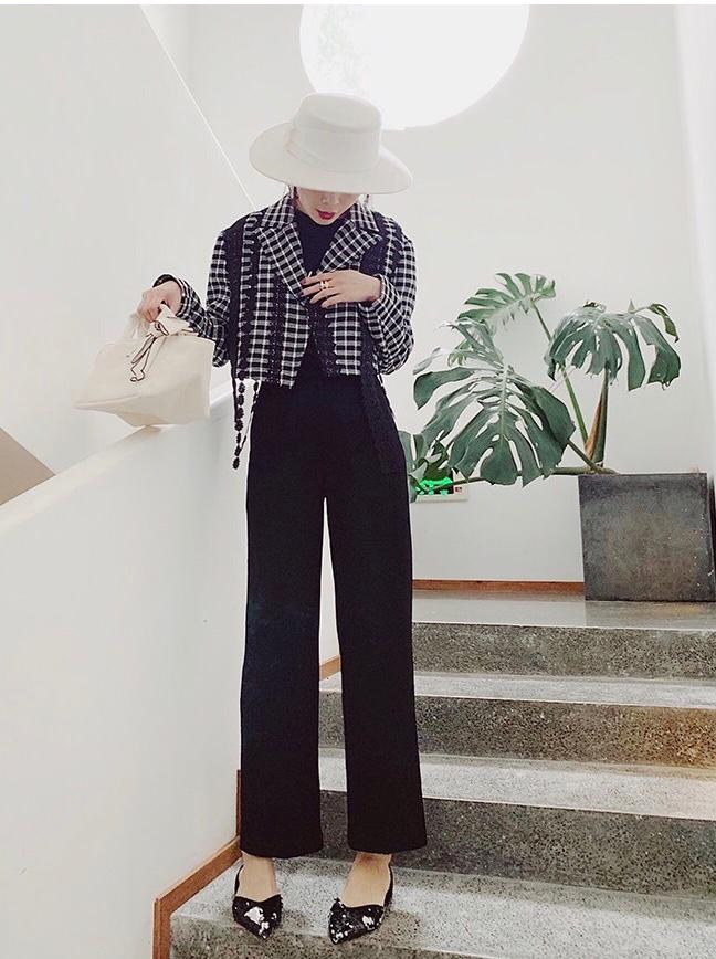 #解锁101种秋日搭配技能# 这种短款的西装真的不要太爱了 谁穿谁好看就对了 设计独特 小众女生的最爱