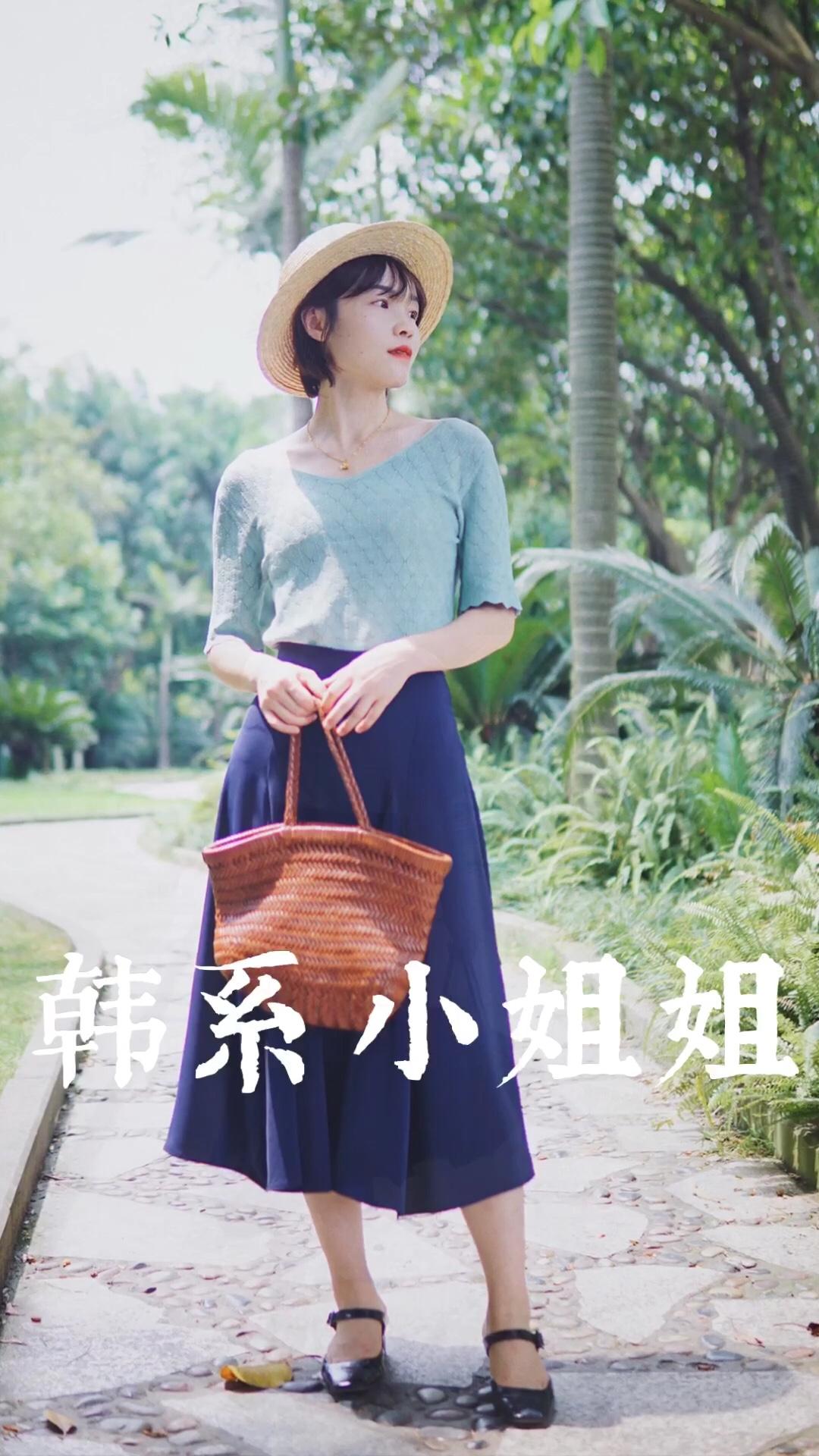 #入秋最靓!韩系小姐姐风#  绿色配蓝色原来那么和谐又气质!针织上衣温柔知性,特别适合夏末秋初的天气,天冷外面加风衣或西装外套都可以,搭配的这条显瘦的半裙,面料光泽又垂坠感十足,温柔气质的韩系小姐姐呀!