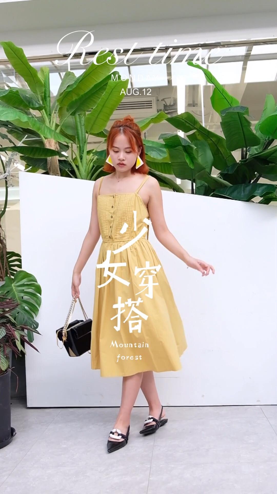 #蘑菇街新品测评#  今年夏天除了推荐 好多印花的连衣裙之外 最最近发现今年流行穿黄色连衣裙 黄色时尚又高级 不会太夸张的颜色 很有小清新的调调~ 穿上身时尚又百搭 秒变优雅小女人