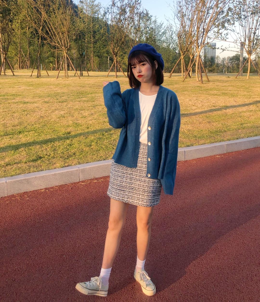 天气好到爆炸,外套颜色呼应帽子的颜色,短裙虽然单看有点浮夸但是整个一套下来还是很和谐很日常呀,蓝色也是真滴显白嗷,从夏天过度到秋天只用一件薄外套~#夏→秋,一件外套搞定!#