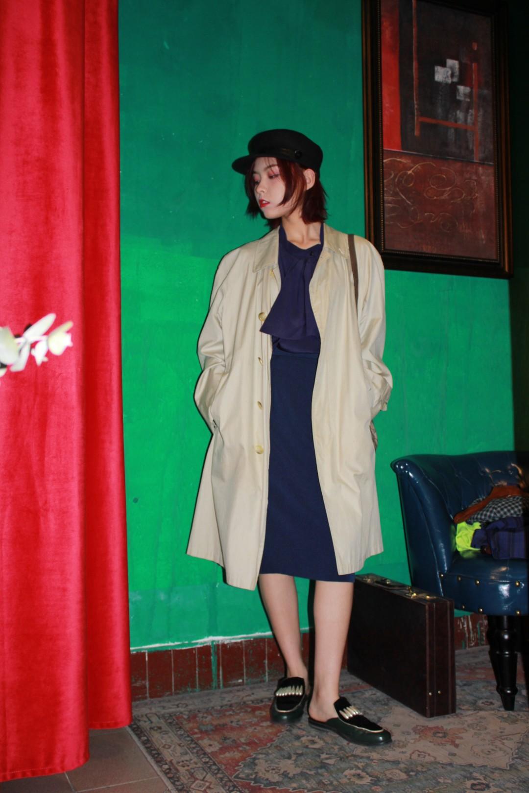 #秋装上新穿搭打卡#风衣的季节来啦 好搭配还保暖 谁不爱呢! 内搭配深色系半身裙加质感衬衫 脱掉外套就是通勤时尚女孩哦!