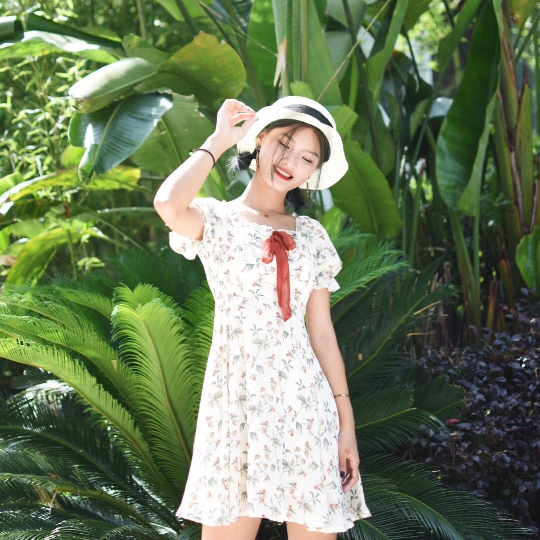 #夏末打折季好物盘点# 这条连衣裙真的让我上了头,碎花的连衣裙甜美小清新, 领口做的很不错,可以漏出锁骨,显瘦哦