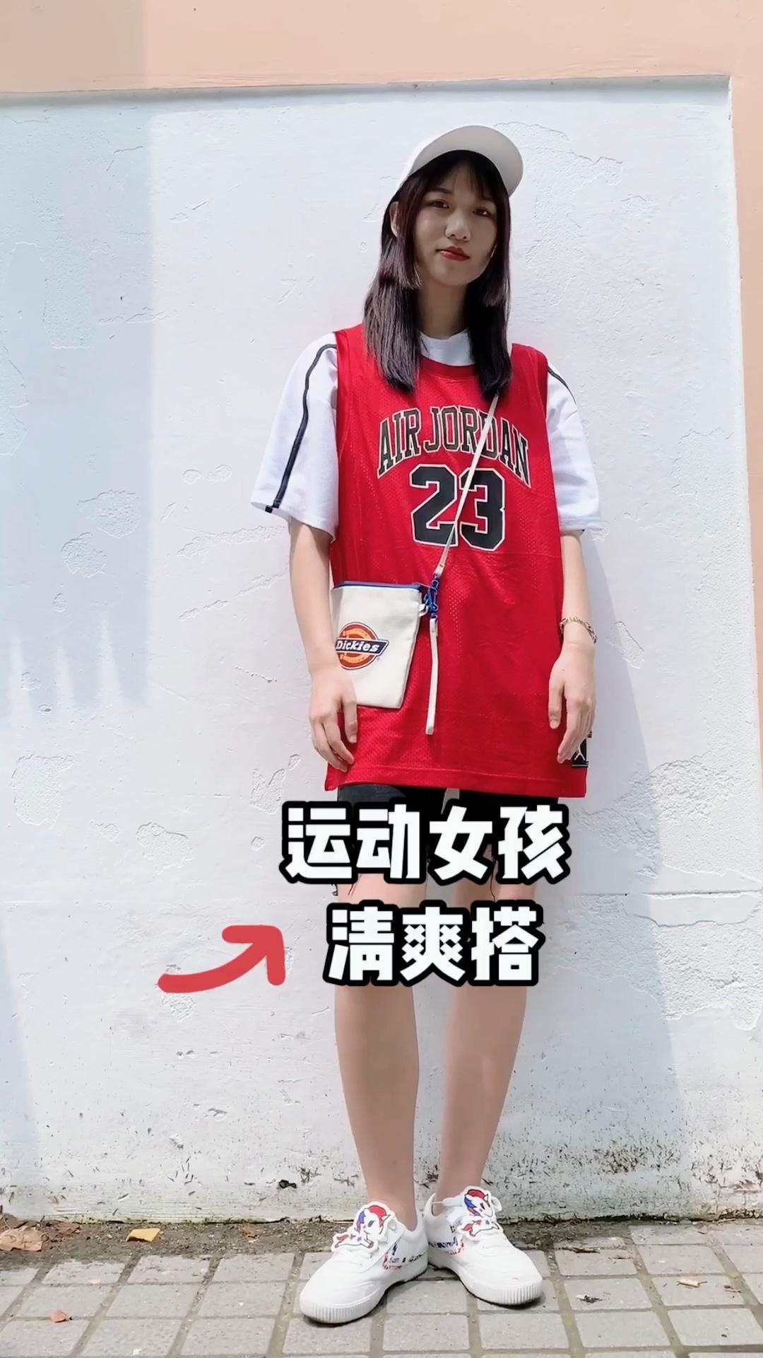 乔丹球衣也是流行了好多年了 里面搭配白色t就ok 低调短裤显瘦 上衣长度很遮屁股肉肉 所以上衣可以选择大一码的哦~ 配饰都是呼应整体风格的 搭配更完整