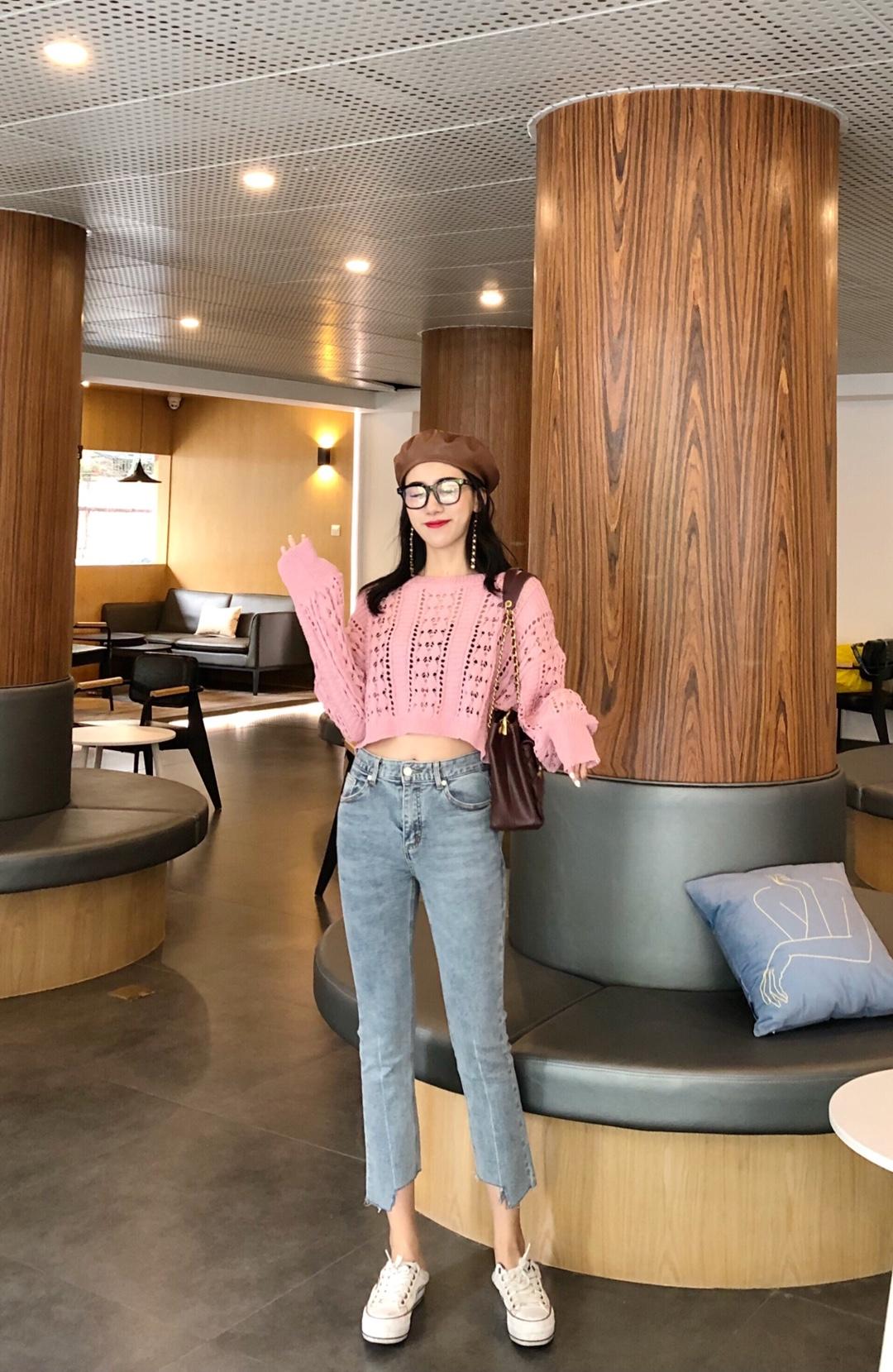 #秋装上新穿搭打卡# 超级韩风的一套啊  短款的上衣超级耐看 又显白  搭配小脚裤 小白鞋 nice啦
