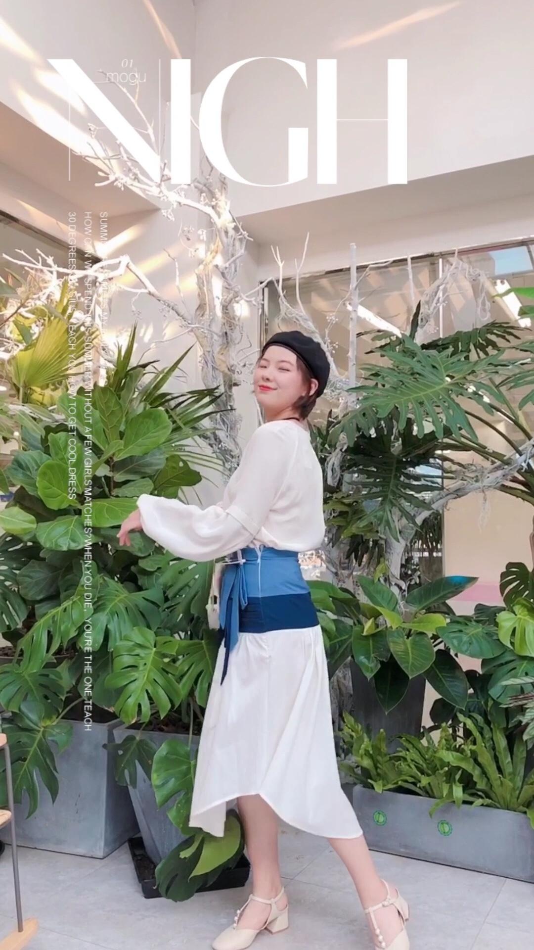#这条半身裙,专治腿粗~#  早秋清新穿搭 米白色的缎面衬衫搭配蓝色腰边的连衣裙 既不单调又大气时尚