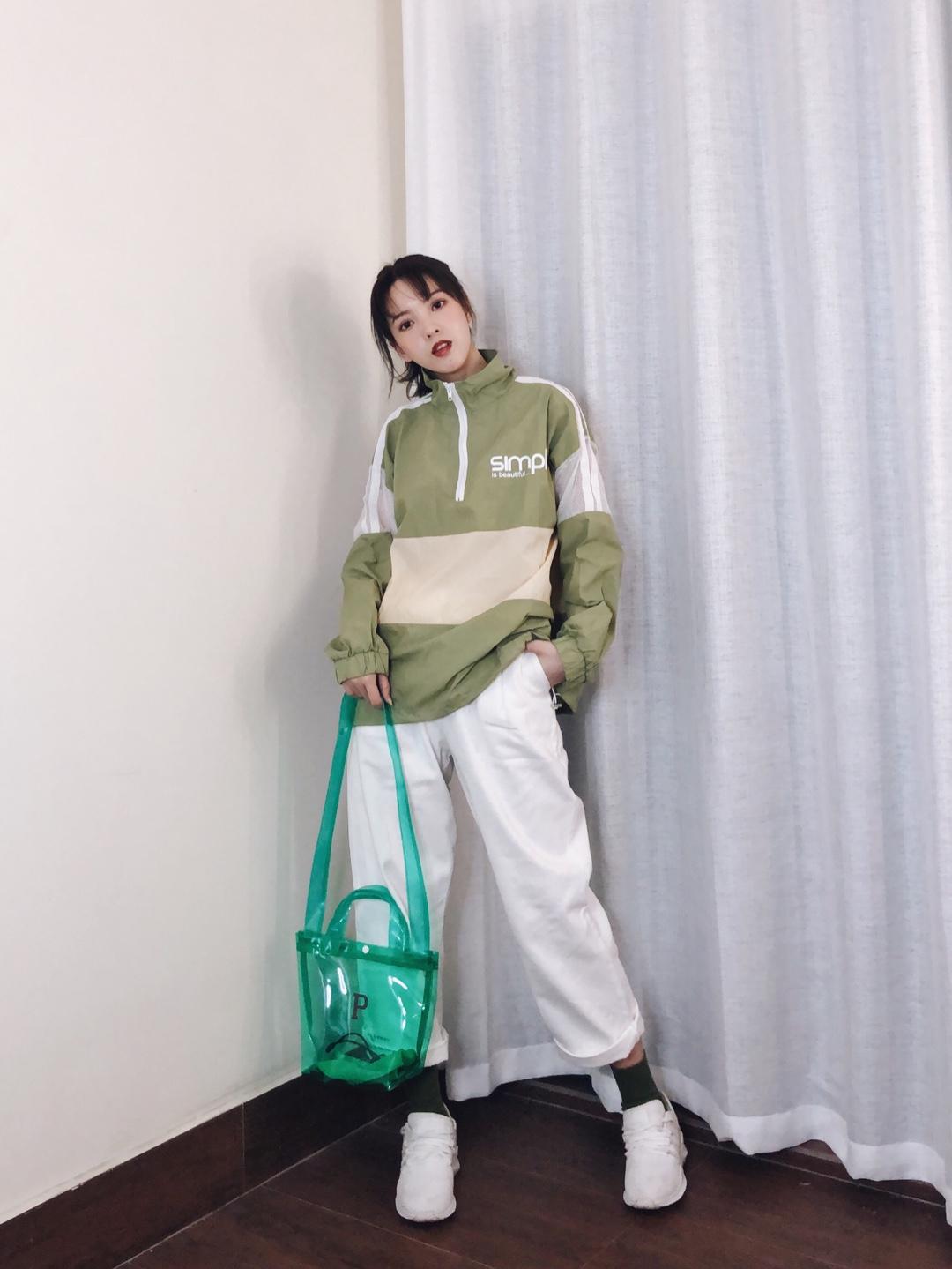 CC穿搭 #秋装上新穿搭打卡# 十分好看的运动风穿搭,阳光女孩必备~入秋来一件轻薄的运动风衣,透气的面料,袖子位置有网格做透气,既防晒又好看,芥末绿和白色的搭配,清新脱俗,搭配绿色系的果冻包包,绿色的袜子和百搭小白鞋和整体相呼应,十分具有个性的穿搭,也是遮肉好帮手哟
