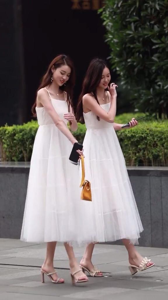 长得一摸一样的双胞胎姐妹花。你们猜猜谁是姐姐 谁是妹妹?#夏末打折季好物盘点#