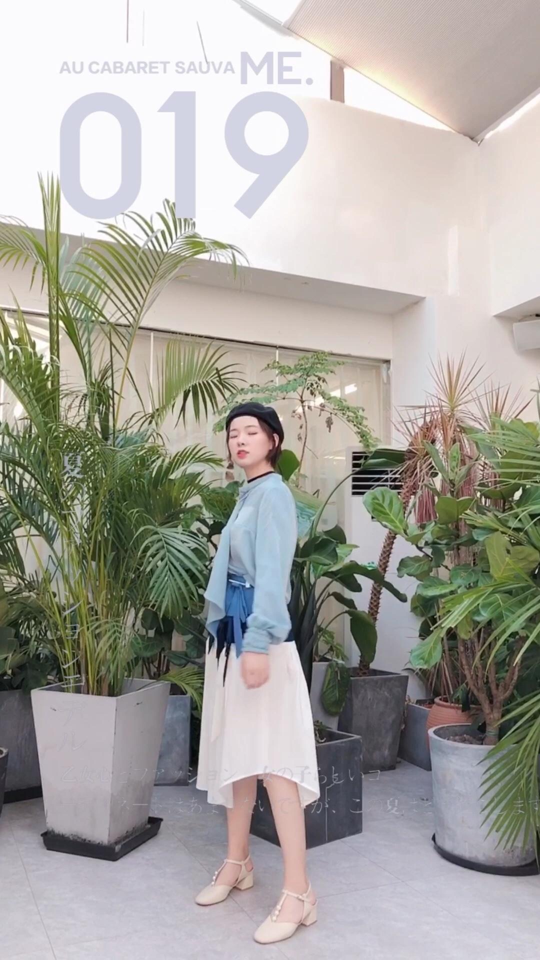 #这条半身裙,专治腿粗~#  入秋穿搭指南 清新优雅的蓝色搭配白色