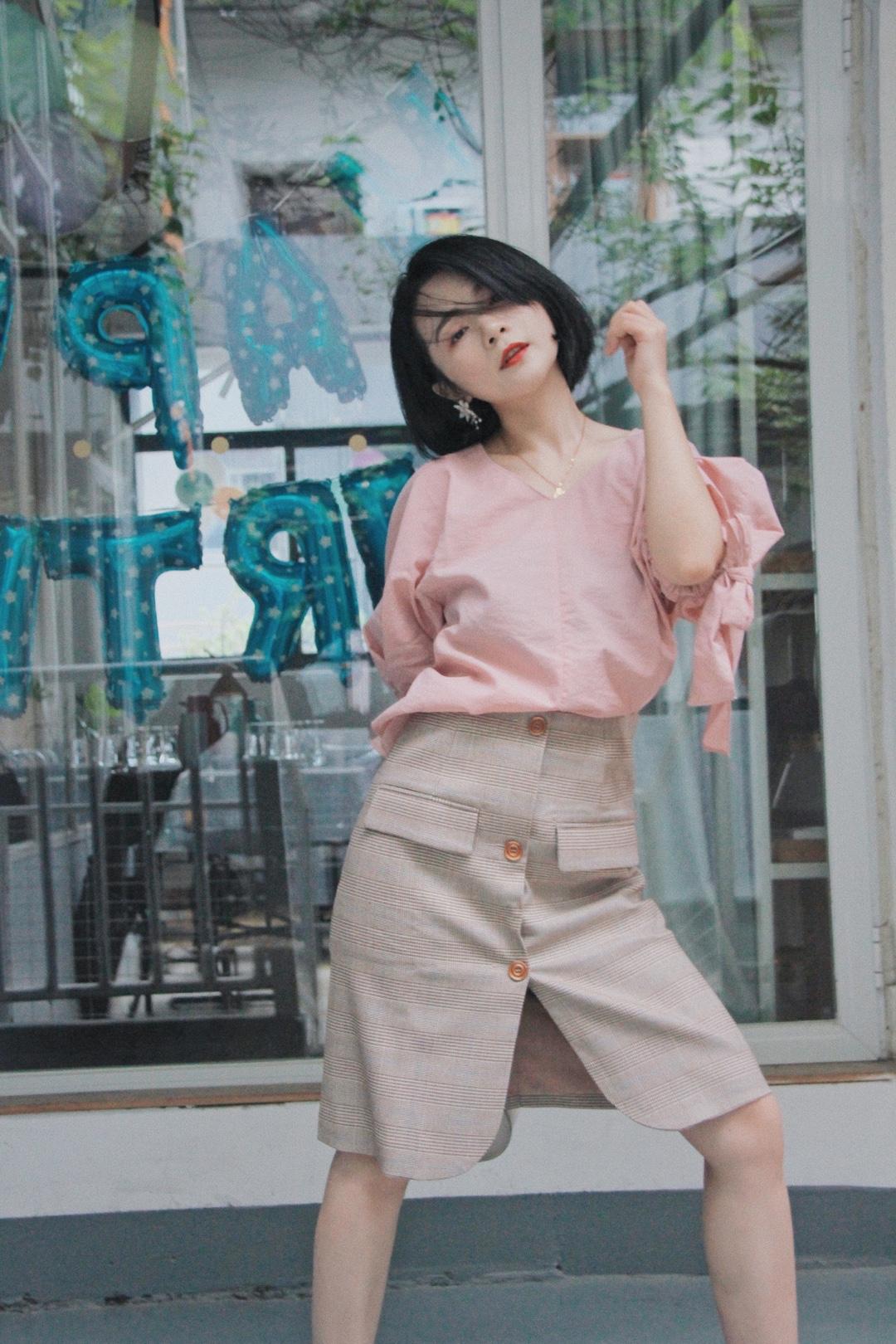 甜美系通勤girl~ 粉色衬衫袖口蝴蝶结设计,甜蜜指数爆表! 经典格纹半裙,气质又学院风~ #这条半身裙,专治腿粗~#
