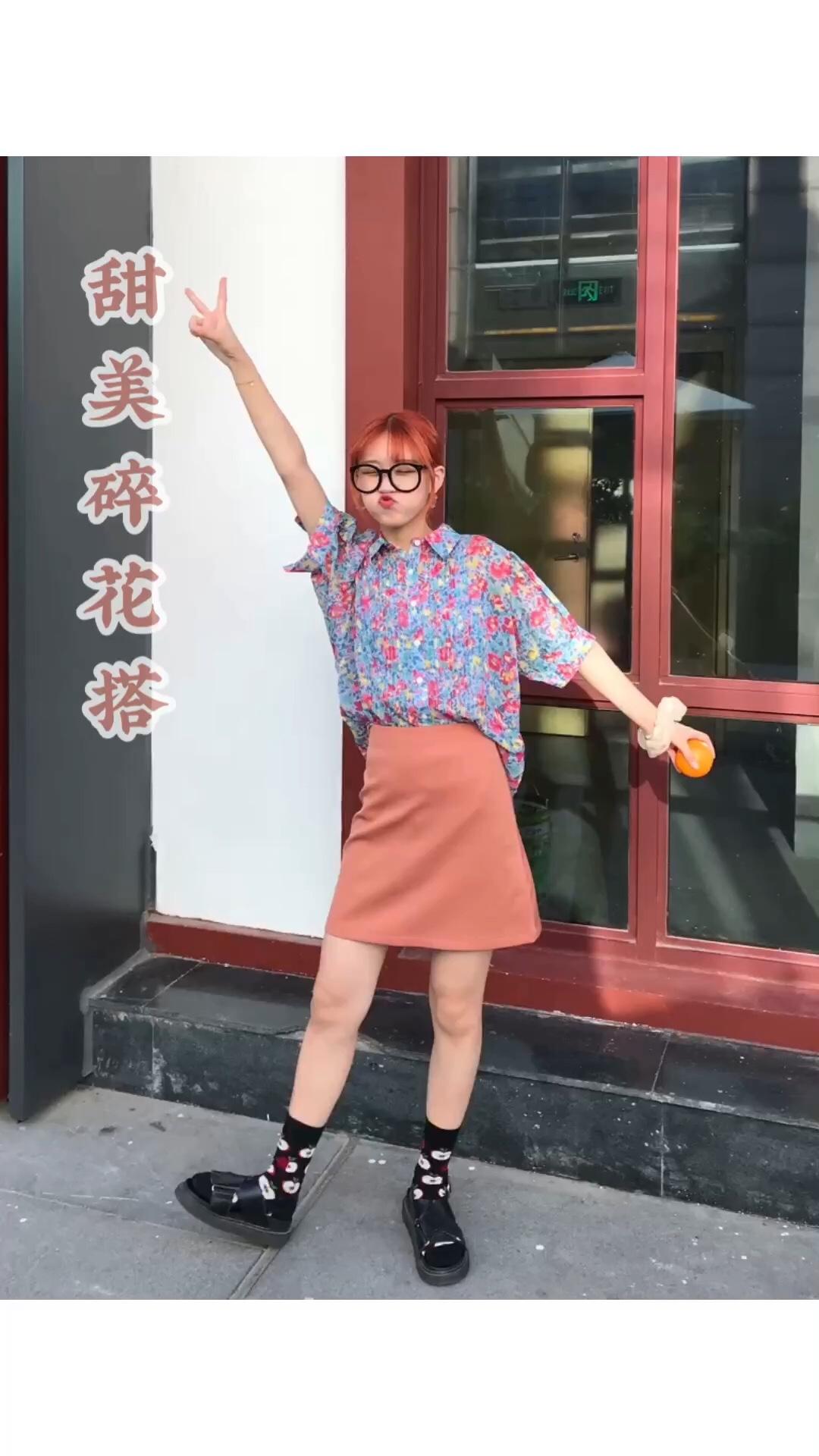 #入秋单品王,这件最上头# 超好看的泫雅风花花衬衣➕粉色包臀裙 这一套甜甜的感觉没错啦! 入秋开始这么穿也ok,衬衣中袖得设计刚好 搭配好看的袜子,配凉鞋,韩系get 一起穿这套约会吧!