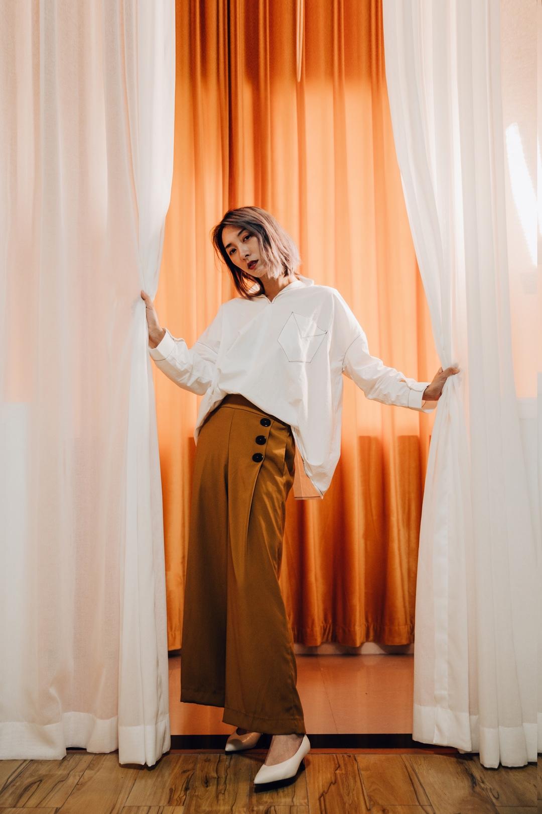 ViLook | Vol.295 ———— 白衬衫可不仅仅数男生穿了好看,女生穿也可以很有气质噢。一向很喜欢Icy的设计,简单的白衬衫加一些线条就一点都不普通啦,用焦糖色阔腿裤搭配白衬衫,给少年感的白衬衫加一些成熟的味道。  包包:DoubleX 鞋:Needle 衬衣:ICY 阔腿裤:Zara  #2019早秋流行第一弹#
