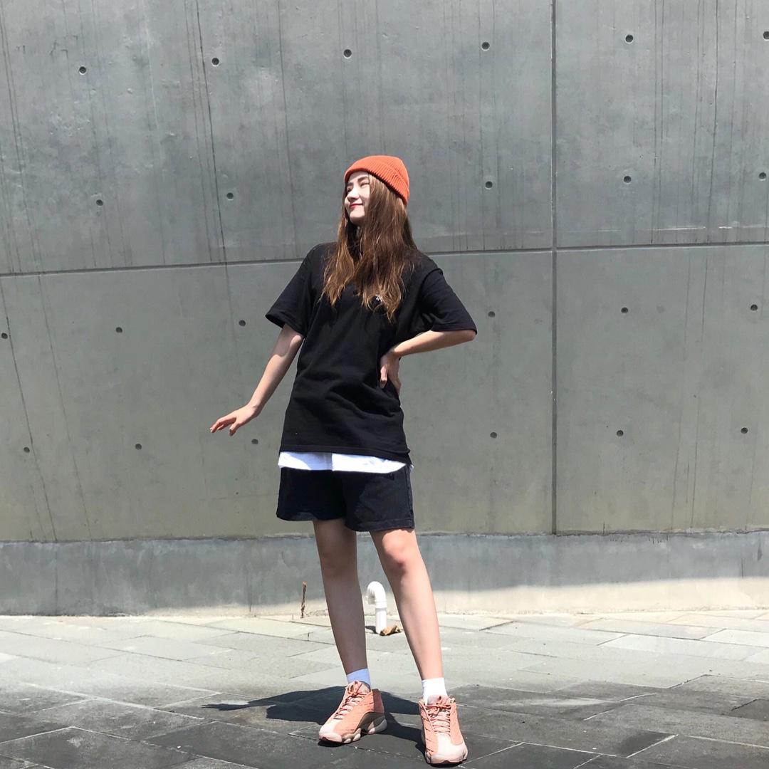短袖叠穿➕中裤➕针织帽➕AJ兵马俑 针织帽:heygirl黑哥 橘色的针织帽,与鞋子的颜色很配,点亮一身的黑白色 T恤:stussy 背后大logo的Stussy黑色T恤,里面叠穿白色的打底,增加层次感 中裤:🍑宝 黑色的牛仔中裤非常百搭,休闲又时尚 鞋:Air Jordan  Clot 兵马俑 兵马俑是非常帅气的一款鞋子,陈冠希上身,走上街非常拉风 #2019早秋流行第一弹#