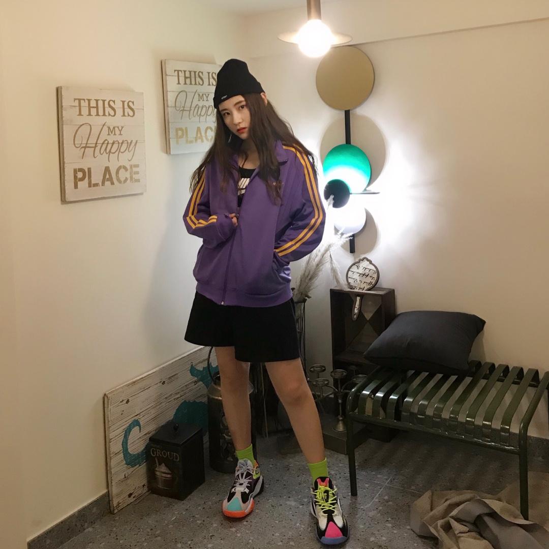 外套:Nerdy 紫色的撞色设计外套很适合初秋,非常百搭时尚。 运动内衣:NIKE 外套搭配运动内衣是今年非常流行的穿搭法则,很显瘦,很时髦。黑白色的耐克logo,很经典。 鞋:匹克 这双鞋子来自国产品牌匹克,撞色设计很有个性,与外套也有呼应。 帽子:stussy 黑色logo针织帽,百搭时尚 裤子:黑色中裤 黑色中裤阔腿设计很显瘦,款式也很经典。 #秋装上新穿搭打卡#