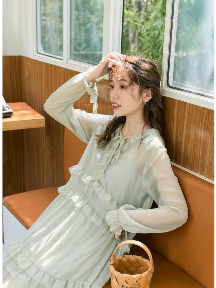 #秋装上新穿搭打卡#秋天也爱的仙女裙系列,清新的淡绿色,温柔恬静。衣身上融入木耳边点缀,更添浪漫元气,腰部倒v设计,显瘦显高。裙子会有微微的透视感,轻柔飘逸。