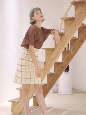 这件上衣超级透气的面料也很舒服哦,搭配一件中长款的格子半身裙,非常的气质显示身材呢!再搭配一款非常复古的一字扣单鞋更加的淑女哦#入秋单品王,这件最上头#