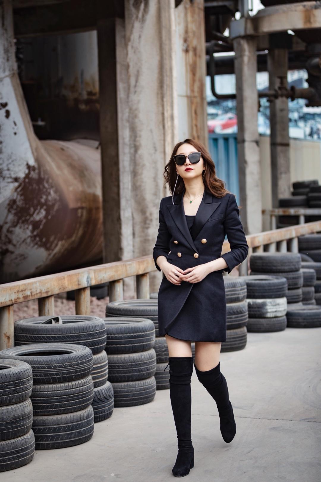 分享超爱的西服品牌 Balmain  这套平时上班也是超级喜欢的 算是西服裙  西服穿上就是气场+力量的感觉  配上靴子超级显高显瘦   #2019早秋流行第一弹#