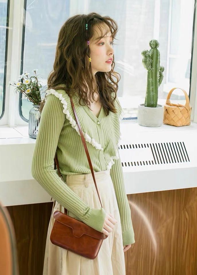 #秋装上新穿搭打卡#一眼就爱上的针织衫,清新元气的绿色系,充满活力。v领设计,视觉上更显高显瘦,领部拼接撞色木耳边,不对称的效果,个性有趣。可以单穿,也可以当小外套,羊毛混纺针织衫,手感软糯。