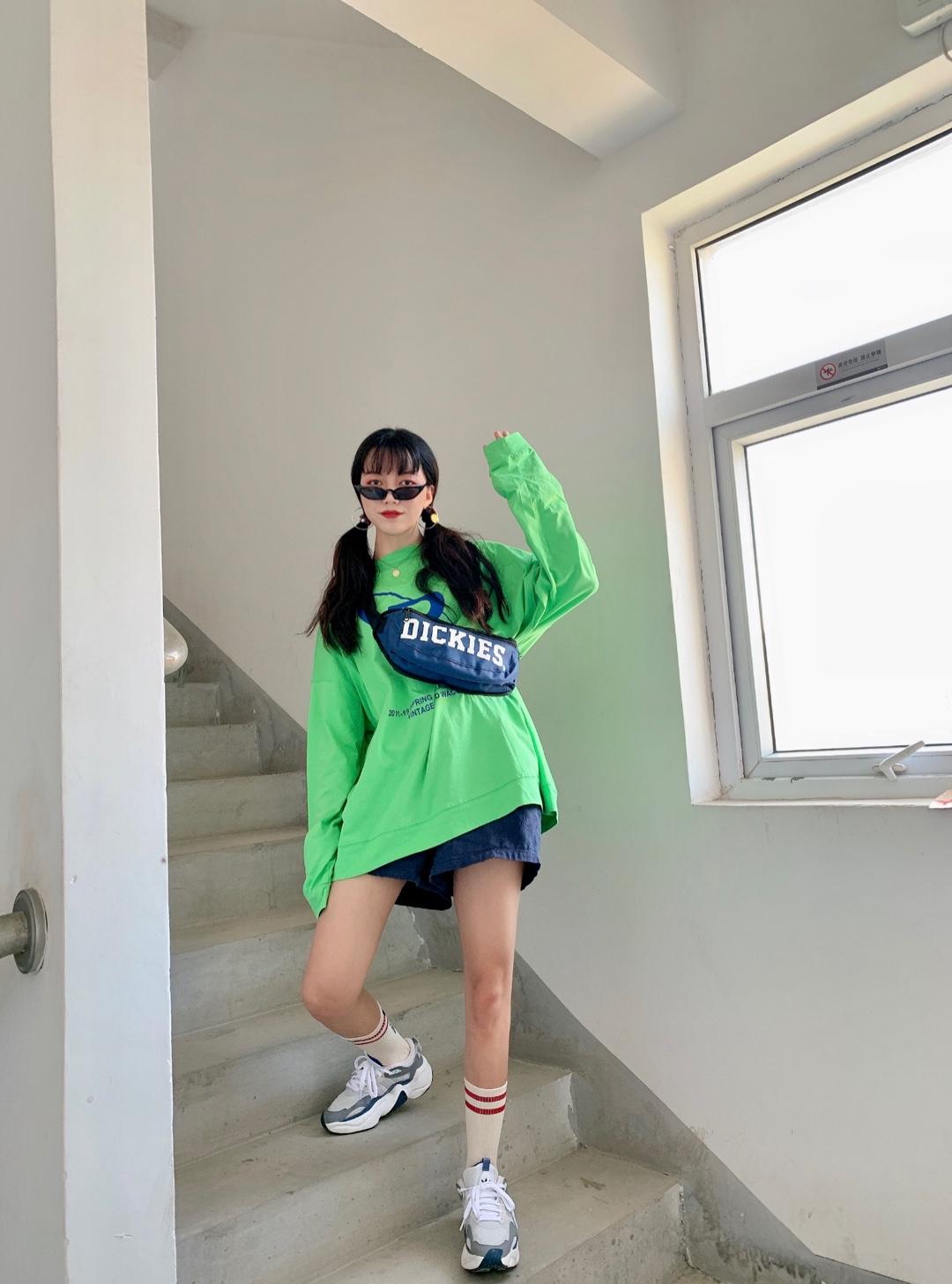 #盐系工装风,一穿就上头#一款绿色加大码的r字T 搭配一条牛仔色休闲半身裤 一款boom的长筒袜 搭配了Adidas这款运动鞋 无敌显高!!!可甜可盐的工装风