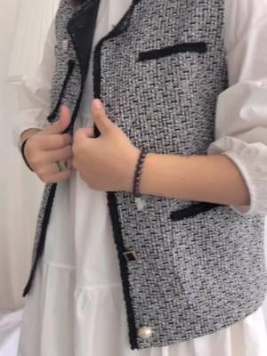 梨C日常穿搭 单单一件连衣裙不够特别?试试两件套呀~ 连衣裙两件套 这款小马甲设计上面很用心 单是纽扣就用了5种不同形状和材质的扣子 拼在一起有种不可言说的小心思 领口和门襟接拼了比较有质感的小花边 结构上显得干净利落又有小亮点 粗花呢的面料本身就很有质感了 厚度可以应对整个秋天~ 里面的连衣裙是纯白色的简约款 但简约不单调 高腰线设计拉长腿部线条 微皱褶和A字版型 宽松遮肉又显瘦 搭配马甲穿简直不能太好看了! #2019早秋流行第一弹#
