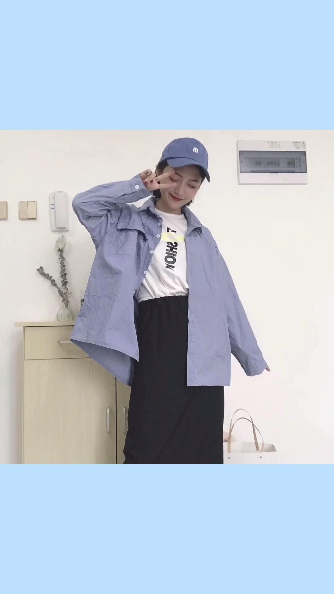 #2019早秋流行第一弹#蓝色衬衫搭配黑色开衩中长裙 遮肉哦 再搭配一个蓝色帽子 颜色呼应
