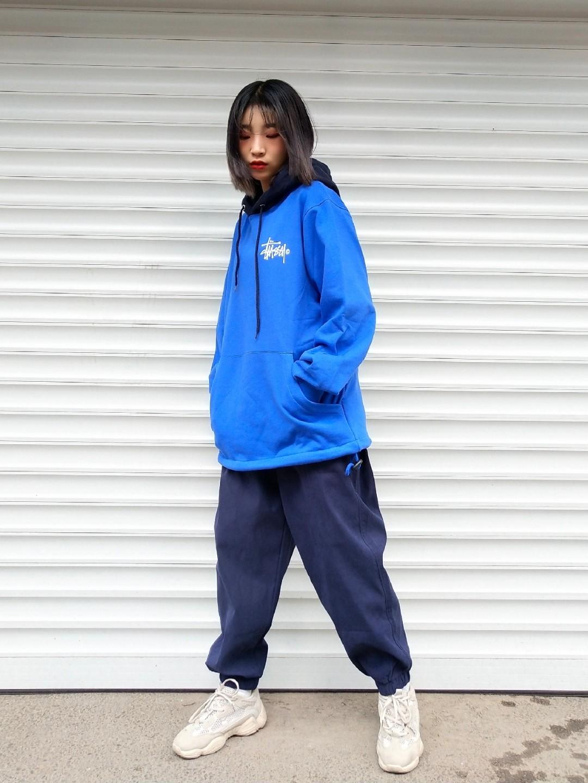 女生日常穿搭   运动国潮风  斯图西蓝色卫衣 运动束腿裤 白色老爹鞋#入秋单品王,这件最上头#