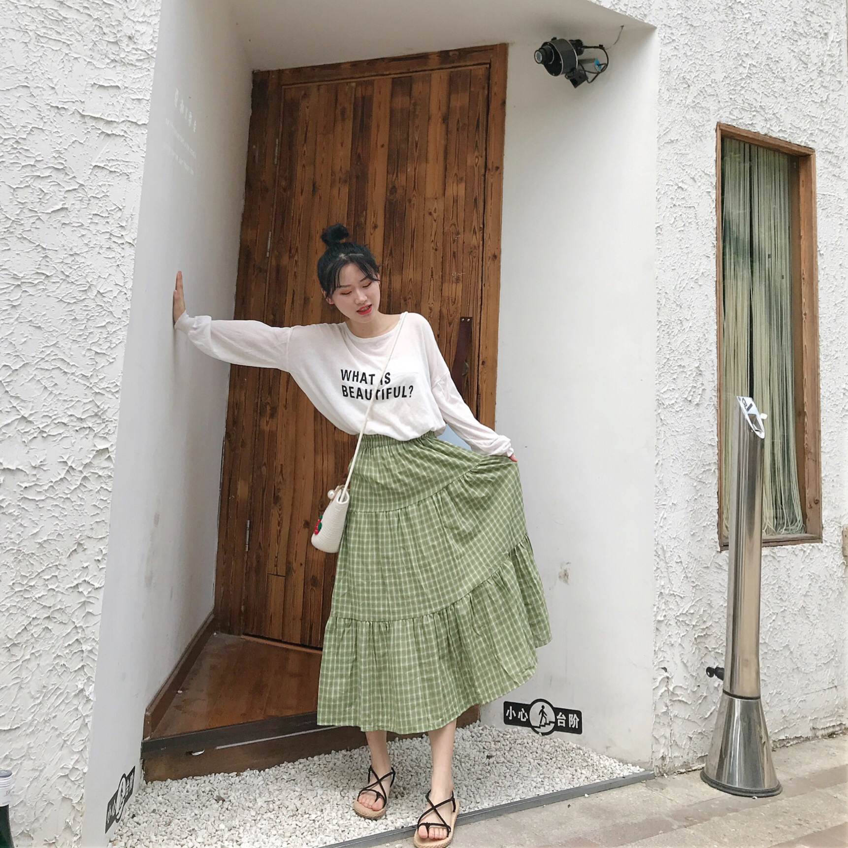 #初秋遮肉大赛,第一名是?# 可爱的表情t+绿色格子半身裙 这种大裙摆的裙子也是太遮肉lya~元气少女心
