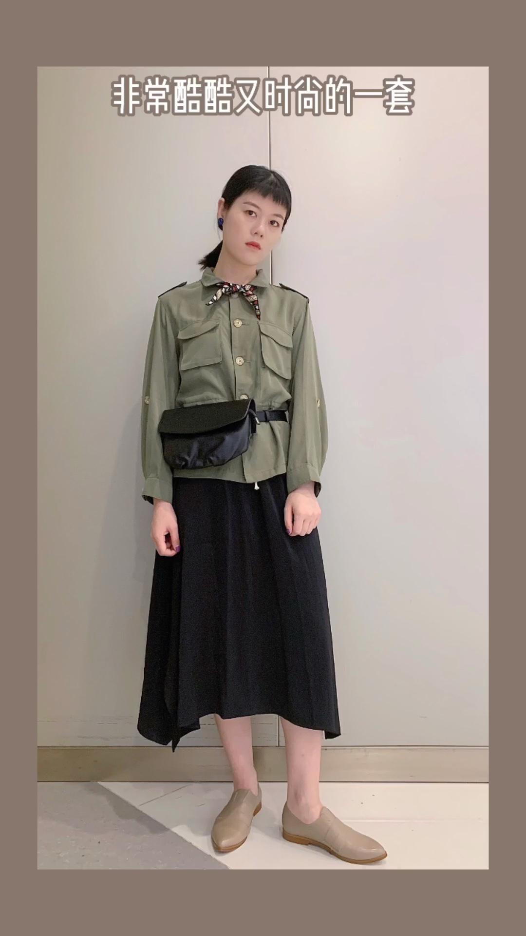 #入秋单品王,这件最上头#   很爱这件绿色的外套了 单穿很好看而且还能当外套 天丝面料很有质感 搭配同样的天丝面料整体很有高级感 腰带加上去更有范了 丝巾提高搭配感