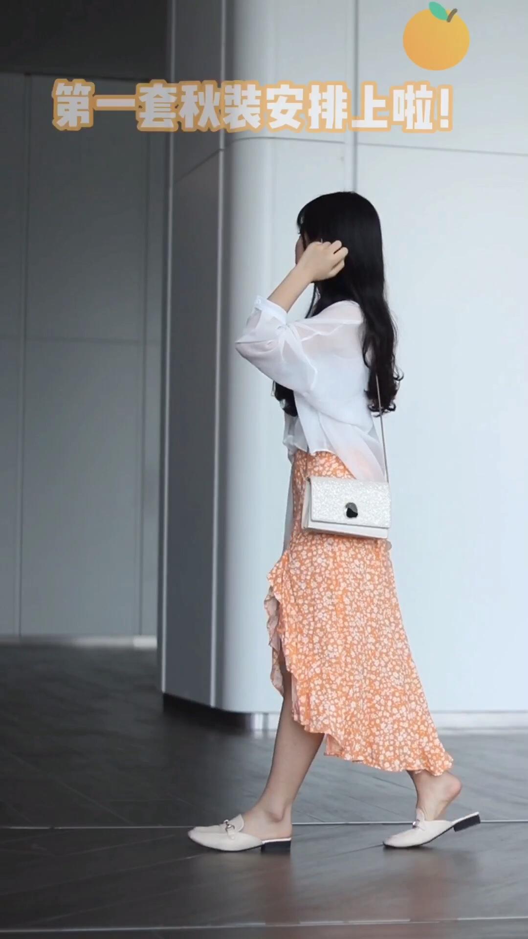 #早秋温柔风,拿去抄!# 广东的早秋  温度还蛮高的 穿长裙  小背心 再搭一件长袖开衫就好啦 早秋这样穿 很是温柔淑女哦