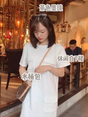 #朋友圈最受欢迎女孩穿搭# 清爽大方的搭配,简约不简单,清新白T裙,口袋设计是亮点哦,特别适合逛街散步的一身呢