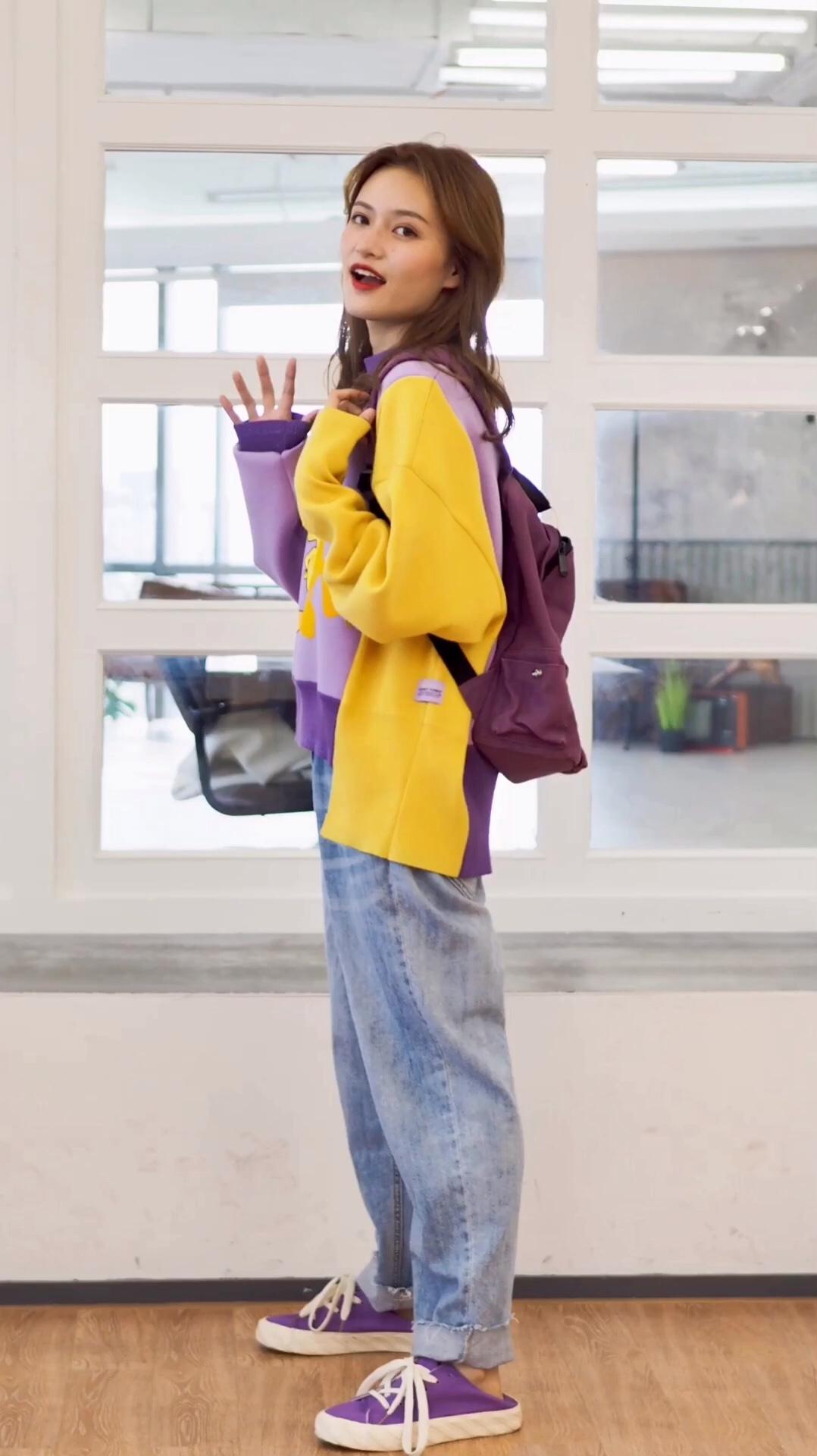 #秋装上新穿搭打卡#  模特155cm 40kg 非常活泼的亮色系毛衣搭配 蓝色的牛仔裤和紫色小书包也是青春满满 紫色的帆布鞋和上身颜色呼应 喜欢青春休闲风的宝宝可以入这一款
